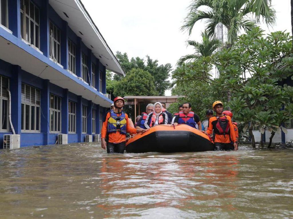 Terobos Banjir Pakai Perahu Karet, Menaker Tinjau BBPLK Bekasi