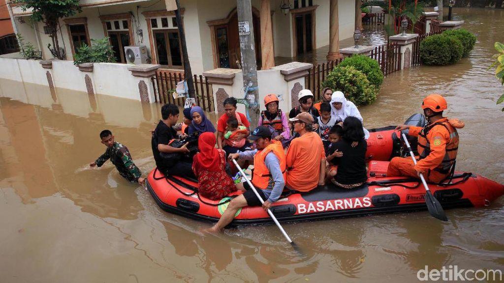 Perahu Karet Hilir Mudik Evakuasi Warga Ciledug Indah