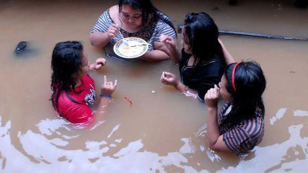 Kisah Netizen yang Tetap Kulineran Meskipun Dikepung Banjir