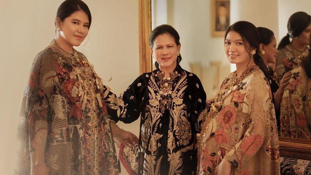 Gaya Anggun Iriana Bareng Anak dan Mantu Pakai Baju Biyan di Foto Tahun Baru