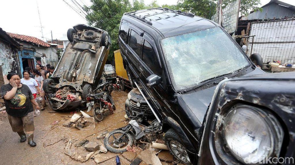 Melihat Lagi Mobil Jungkir Balik Hingga Menumpuk di Bekasi