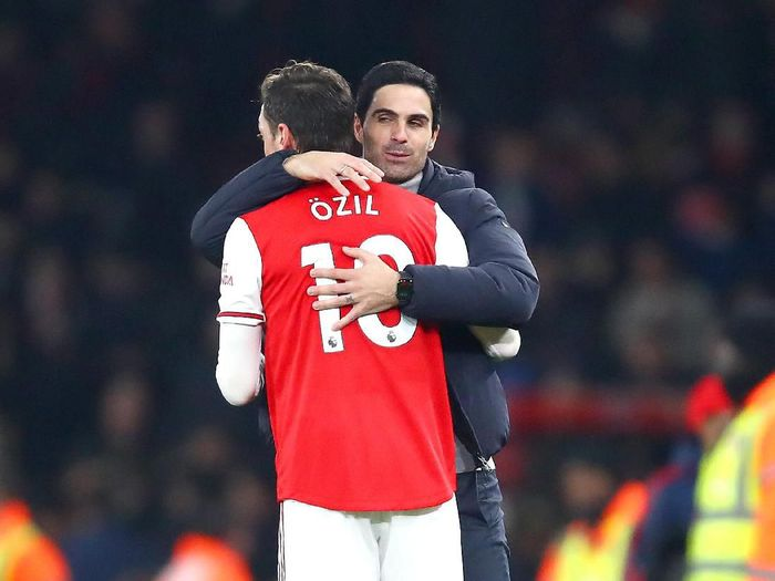 LONDON, ENGLAND - JANUARY 01: Mikel Arteta, Manager of Arsenal embraces Mesut Ozil of Arsenal after the Premier League match between Arsenal FC and Manchester United at Emirates Stadium on January 01, 2020 in London, United Kingdom. (Photo by Julian Finney/Getty Images)