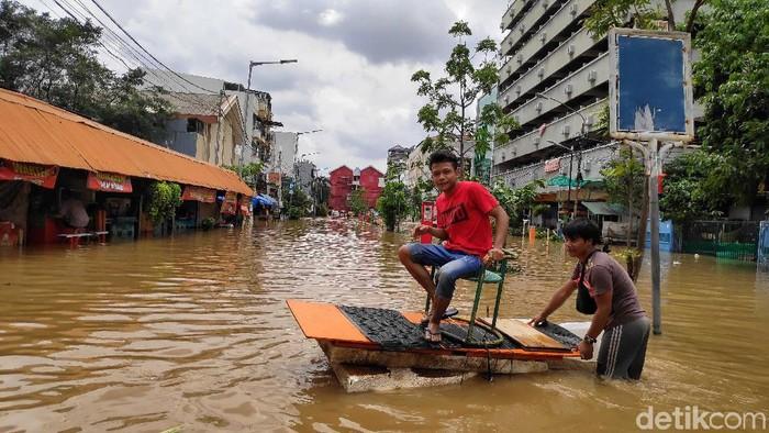 Foto: Evakuasi korban banjir di kawasan Pasar Baru (Pradita Utama/detikcom)