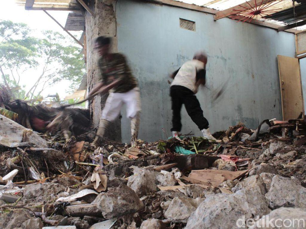 Banjir Bandang Rusak 30 Rumah, Warga Padalarang Mulai Bersih-bersih
