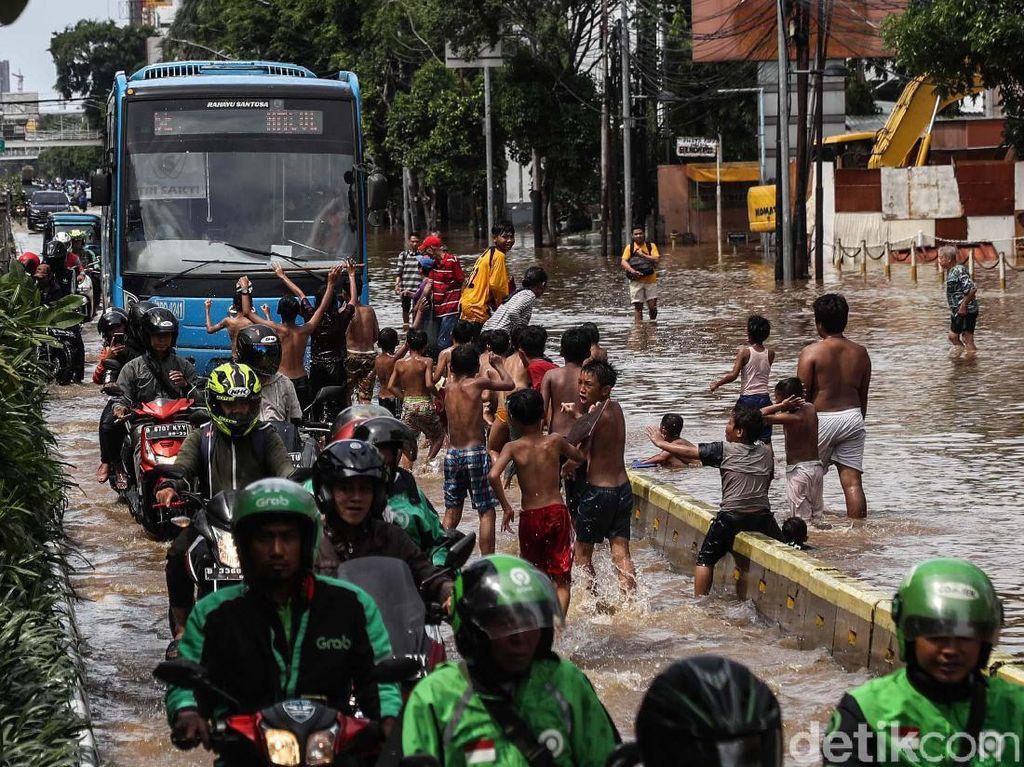 Sehari, Pengguna Gojek Kumpulkan Rp 100 Juta untuk Korban Banjir