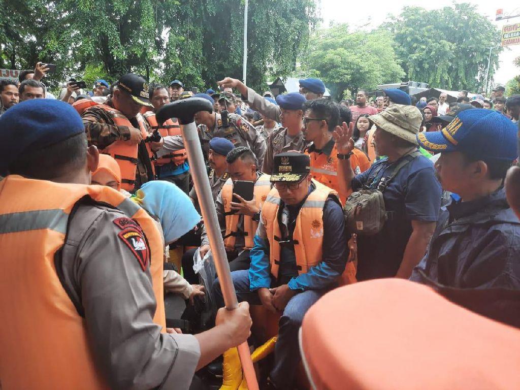 Naik Perahu Karet, Ridwan Kamil Tinjau Lokasi Banjir di Bekasi Timur