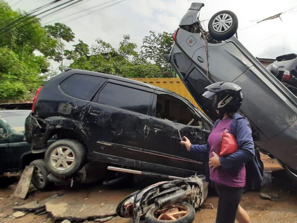 Sisa Banjir di Pondok Gede Permai: Mobil Tumpuk-tumpukan, Jalan Penuh Lumpur
