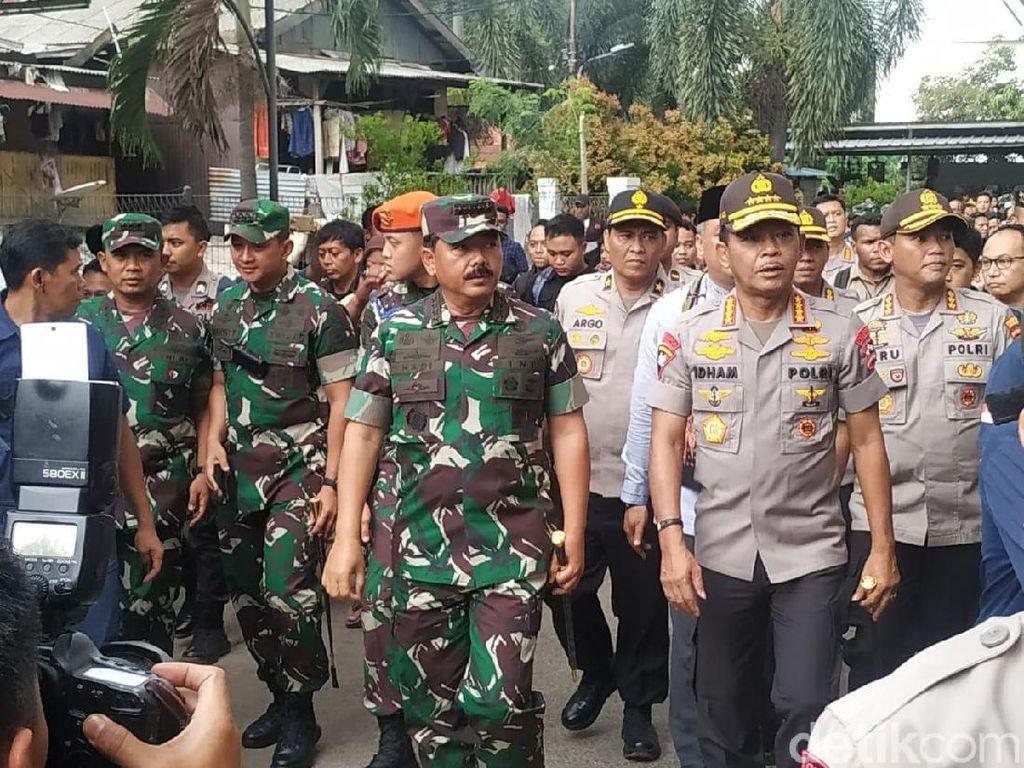 Panglima TNI Sapa Pengungsi Korban Banjir di Bendungan Hilir