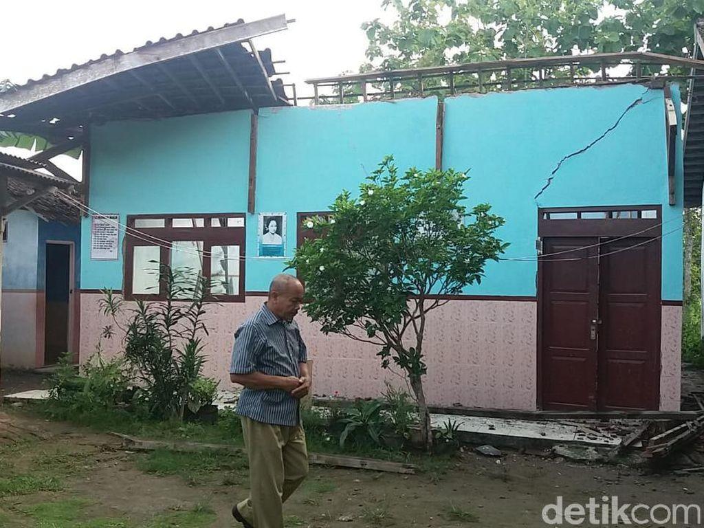 Atap Bangunan SD di Rembang Ambrol Usai Diguyur Hujan Semalaman