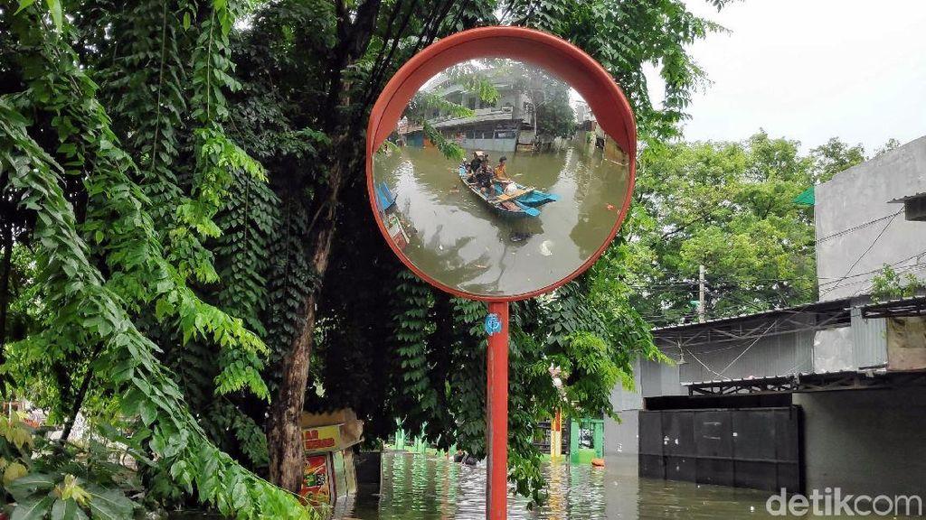 Banjir Teluk Gong Belum Surut, Warga Beraktivitas dengan Perahu