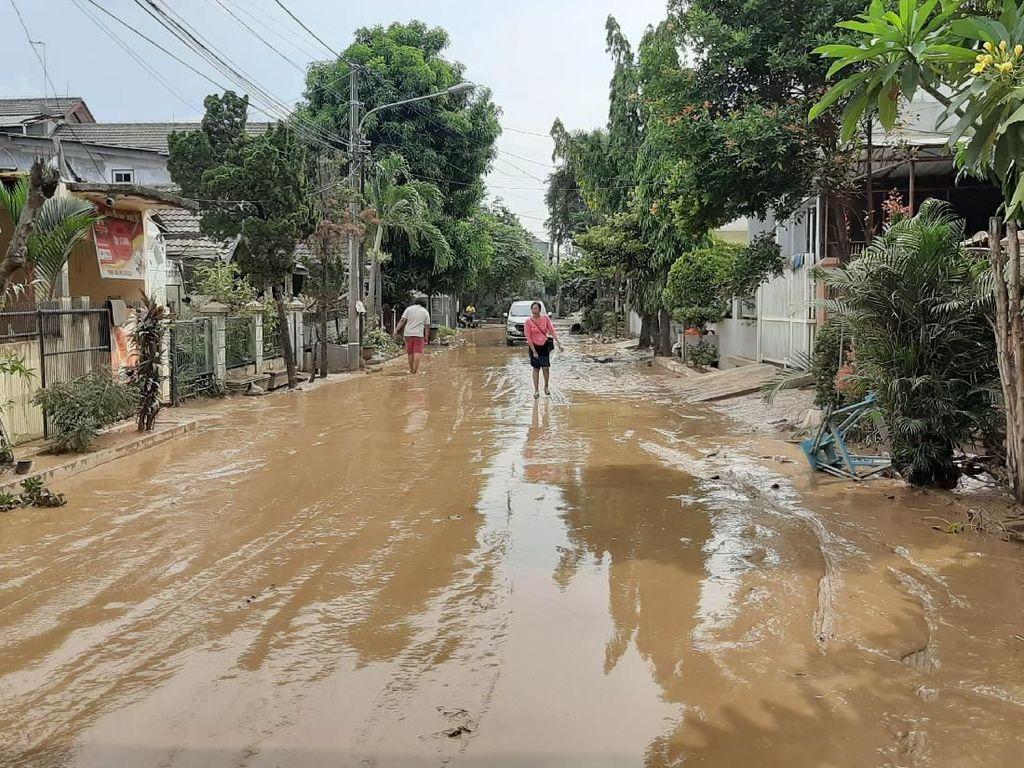 Banjir Surut, Warga Villa Jatirasa Bekasi Bersihkan Rumah dari Lumpur