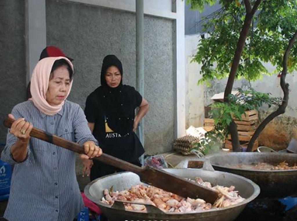 Keren! Meski Rumahnya Kebanjiran, Wanita Ini Tetap Jadi Relawan di Dapur Umum