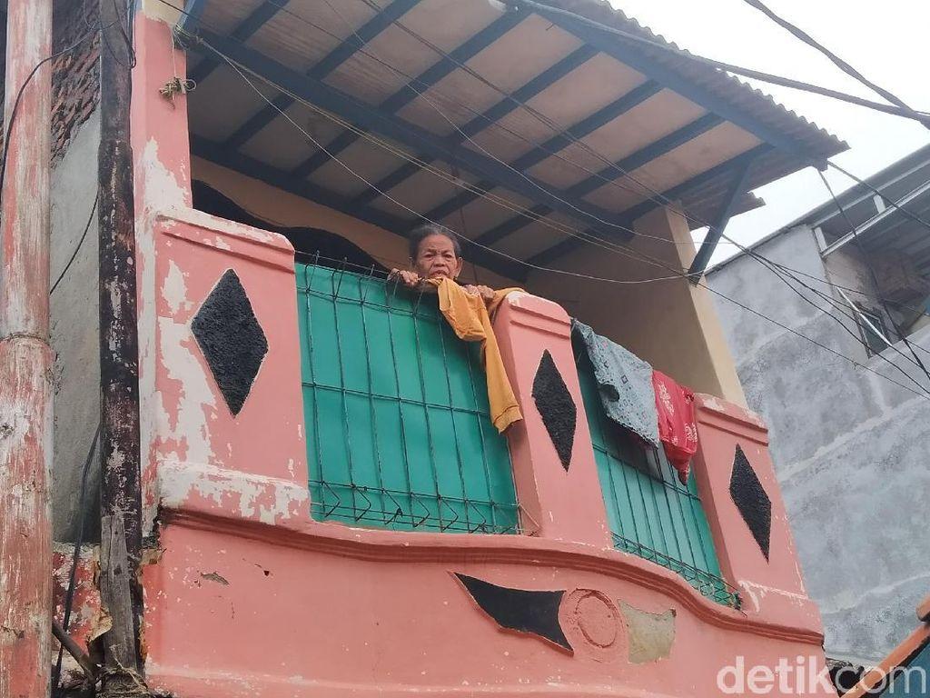 Nenek di Kampung Pulo Bertahan di Rumah Saat Banjir: Pengungsian Dingin