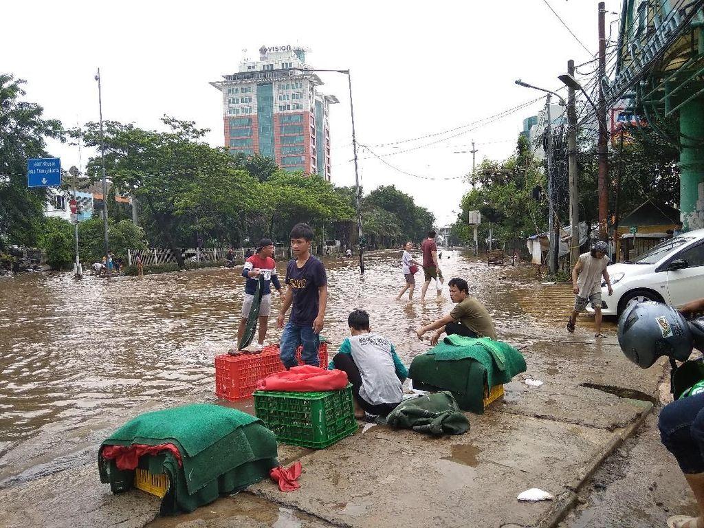 Jalan Panjang Depan Green Garden Jakbar Masih Terendam Banjir