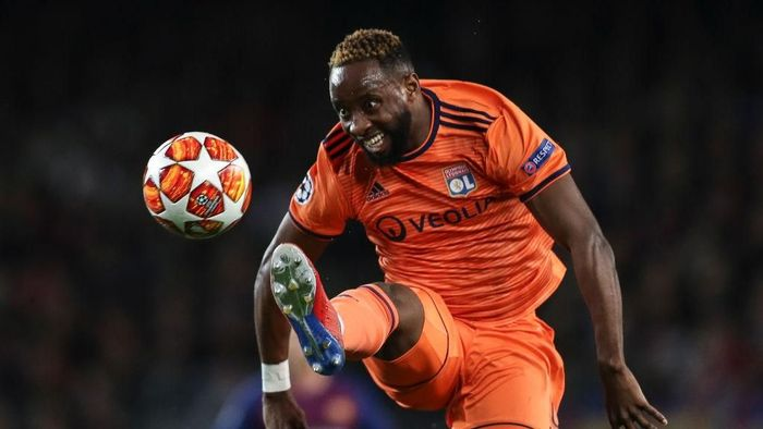 BARCELONA, SPAIN - MARCH 13: Moussa Dembele of Lyon controls the ball during the UEFA Champions League Round of 16 Second Leg match between FC Barcelona and Olympique Lyonnais at Nou Camp on March 13, 2019 in Barcelona, . (Photo by Maja Hitij/Getty Images)