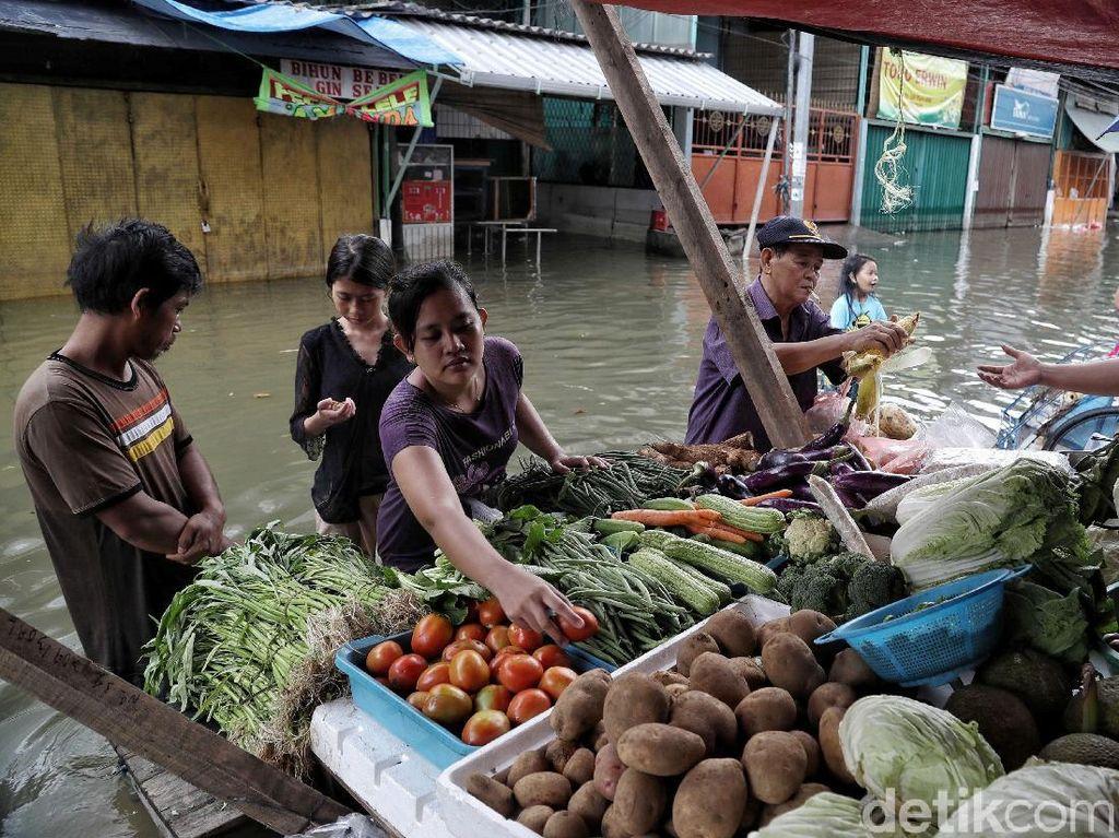 Geliat Bisnis Pasar Teluk Gong Saat Banjir