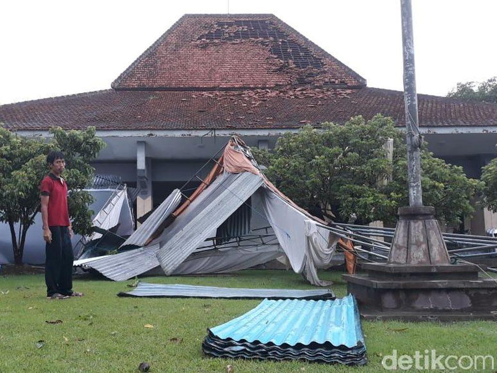 Angin Kencang di Kulon Progo, Tenda Pernikahan Ambruk-Pohon Tumbang