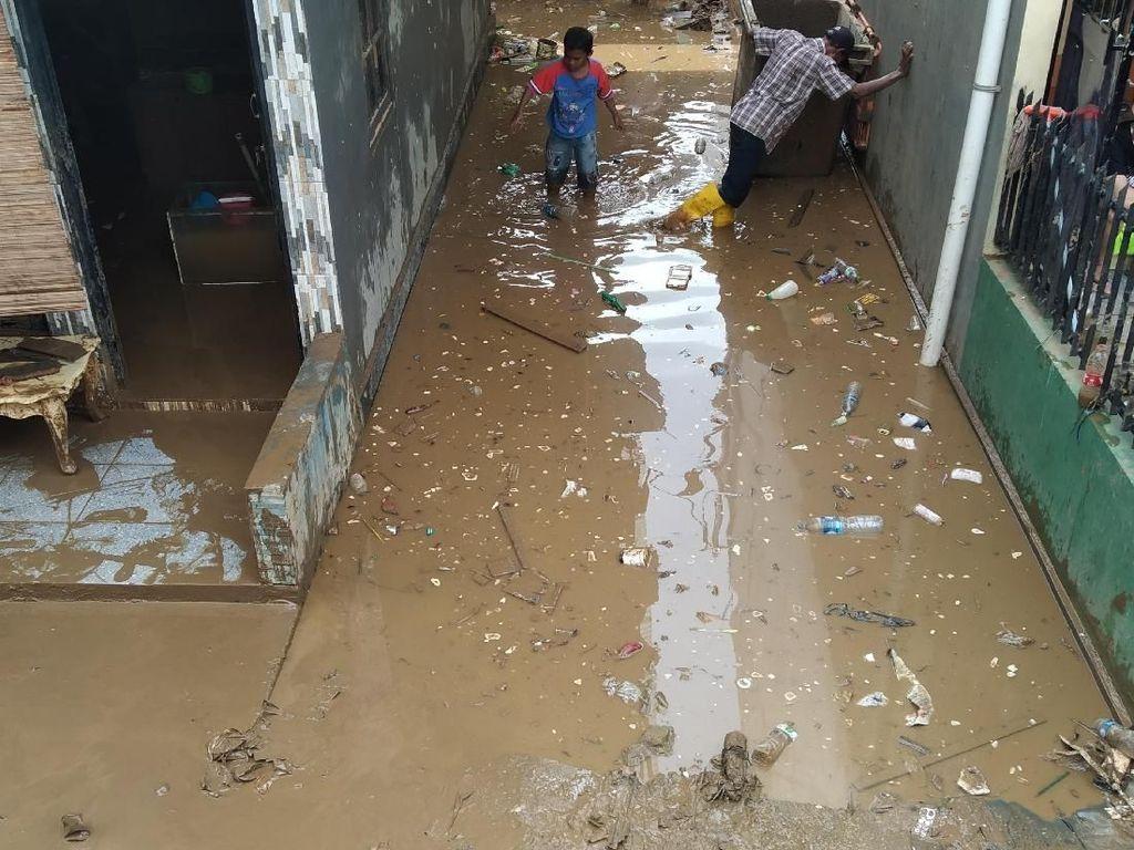 Banjir Setinggi 50 Cm Rendam Kampung Pulo Jakarta Timur
