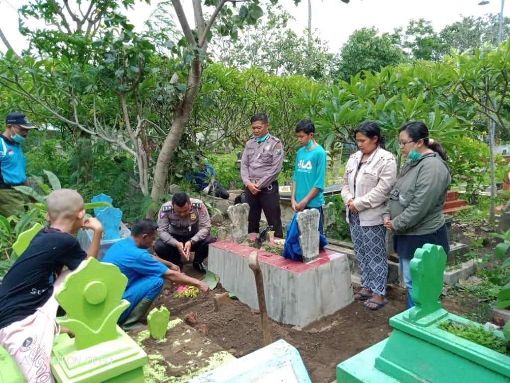 Keluarga Tak Mau Urus, Polisi Makamkan Jenazah Korban Tabrak Lari di Blitar