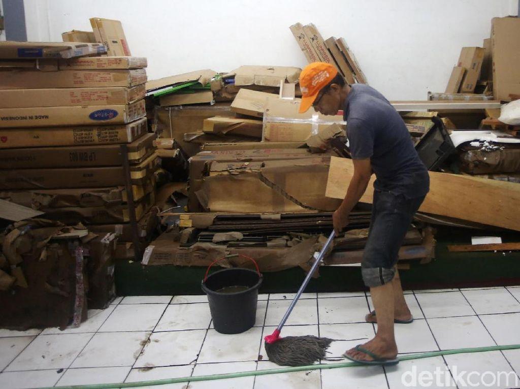 Bersihkan Rumah Sehabis Banjir Tak Cukup Pakai Air, Ini Alasannya