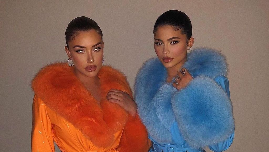 Foto: Gaya Kembar Kylie Jenner dengan Sahabatnya yang Tak Kalah Seksi