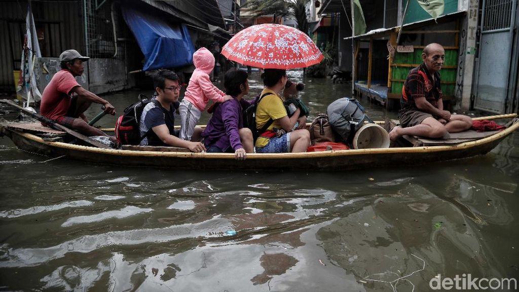 Banjir Masih Tinggi, Ojek Perahu Laris Manis di Pejagalan
