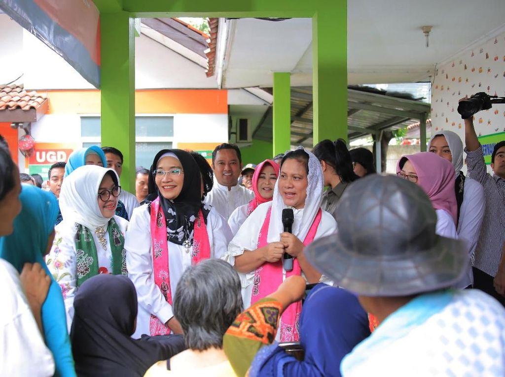 Temui Korban Banjir di Tangerang, Iriana Sapa Ibu-ibu Pengungsi