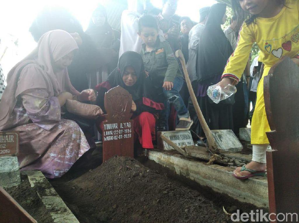 Isak Tangis Keluarga Iringi Pemakaman Prof Yunahar Ilyas