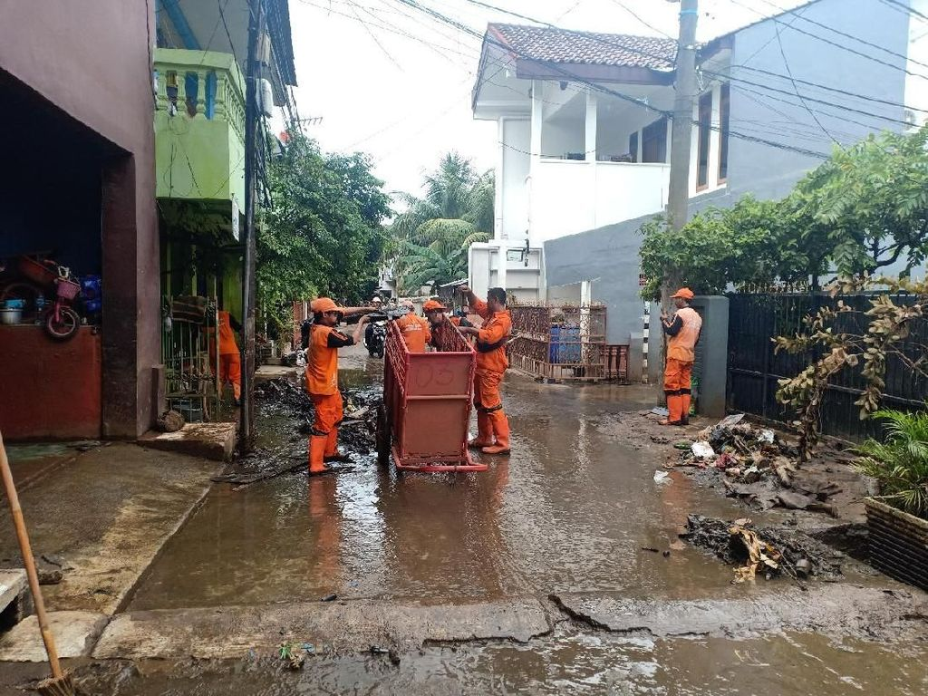 Banjir Cipinang Melayu Surut, PPSU Bersihkan Sisa Lumpur dan Puing