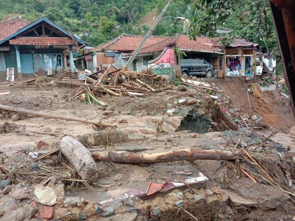 Korban Longsor Sukajaya Kesulitan Air Bersih, Terpaksa Pakai Selokan