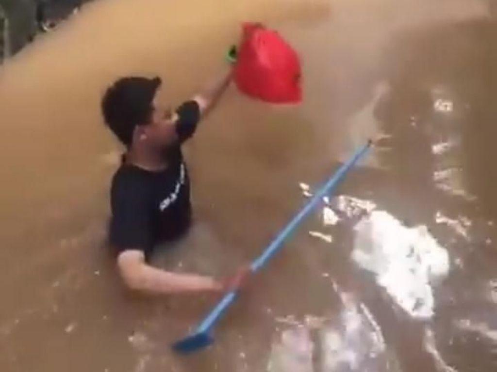 Cerita Kevin, Pria yang Viral karena Terjang Banjir untuk Antar Makanan