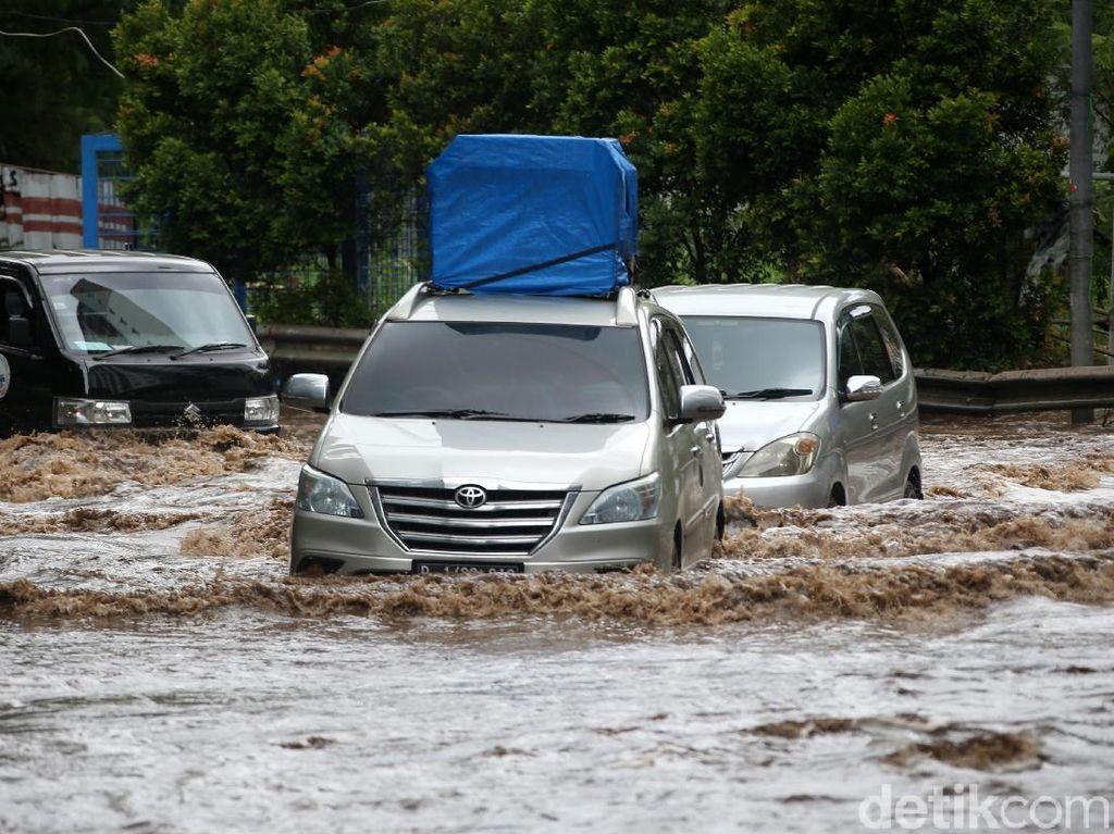 Tidak Punya Asuransi? Ada Diskon Servis Mobil Banjir sampai 30%