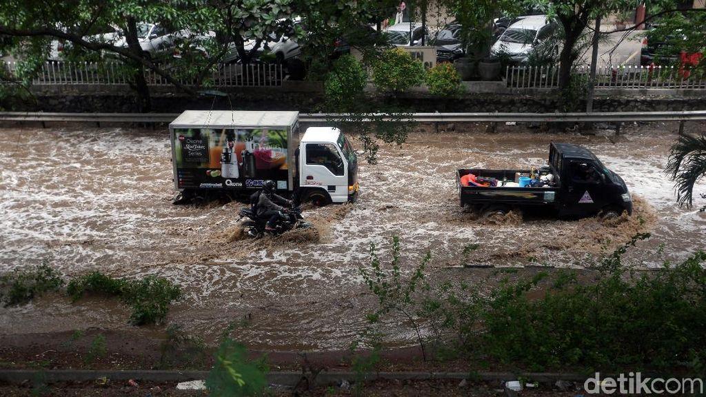 Aksi Pengendara Motor dan Mobil Terobos Banjir di Bekasi
