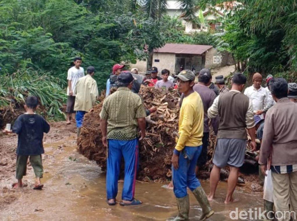 Longsor di Sukabumi, Warga Singkirkan Akar Bambu Sebesar Kerbau