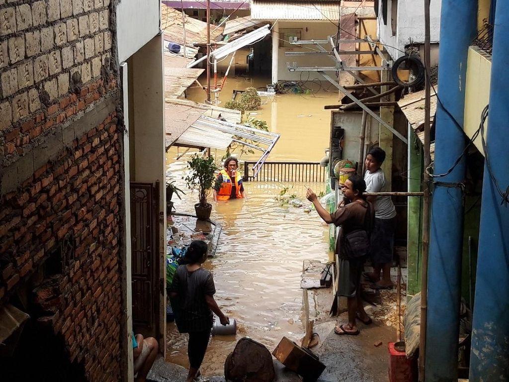 Banjir Masih 2 Meter, Ribuan Warga Pengadegan Jaksel Bertahan di Pengungsian