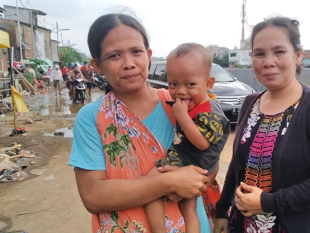 Korban Banjir di Kampung Pulo Keluhkan Tak Ada Bantuan Baju Sekolah Anak