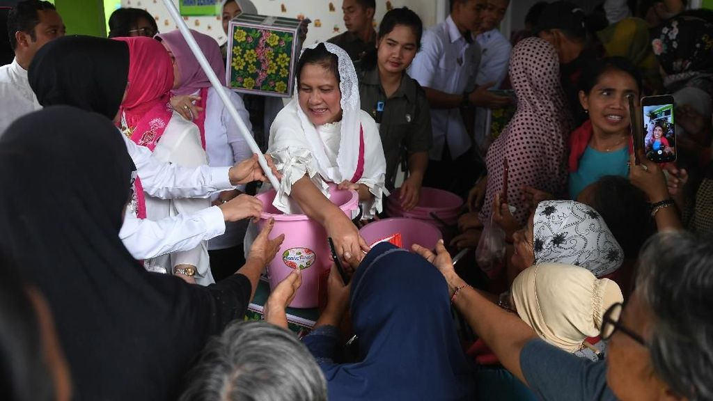 Iriana Jokowi Kunjungi Korban Banjir di Banten