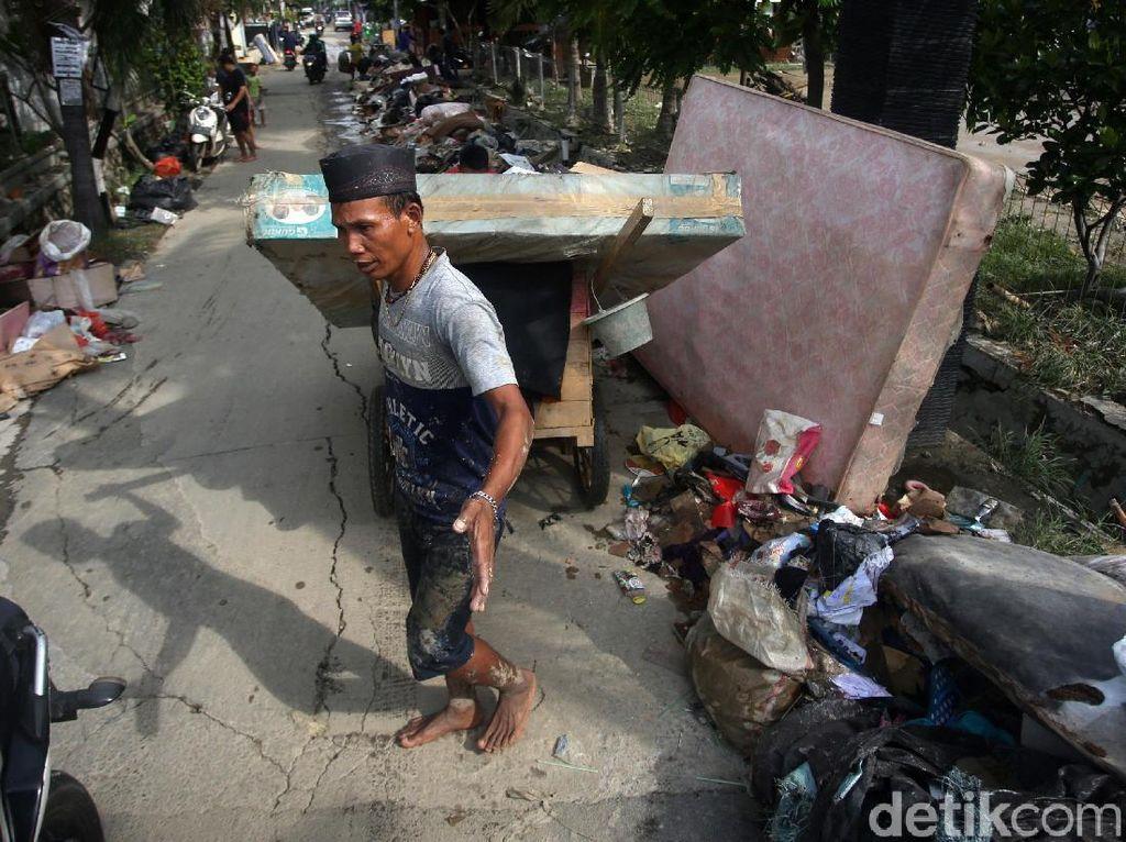 Sampah Sisa Banjir Menumpuk di Jalan Wijaya Kusuma