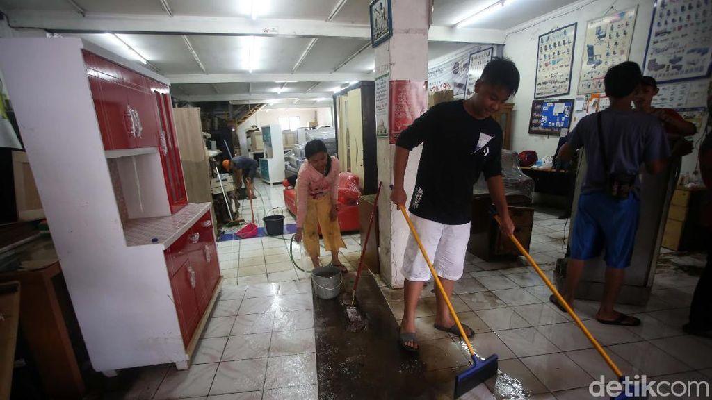 Sejumlah Toko di Bekasi Mulai Bersih-bersih Usai Banjir