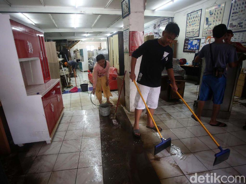 Ini Risikonya Terlalu Lama Menunda Bersih-bersih Sehabis Banjir