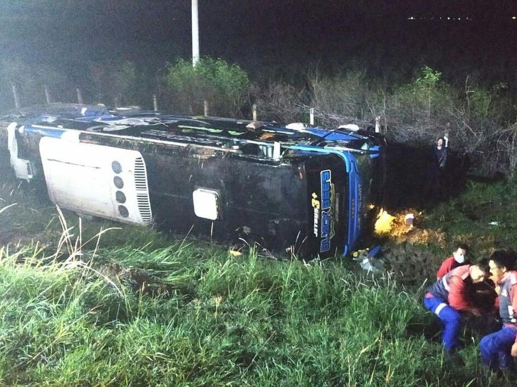 Bus Terguling di Tol Kanci-Pejagan, 2 Penumpang Terluka