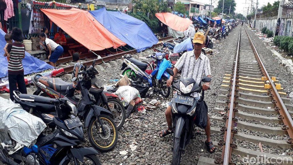 Warga Kedoya Dirikan Tenda Darurat di Jalur Kereta Api
