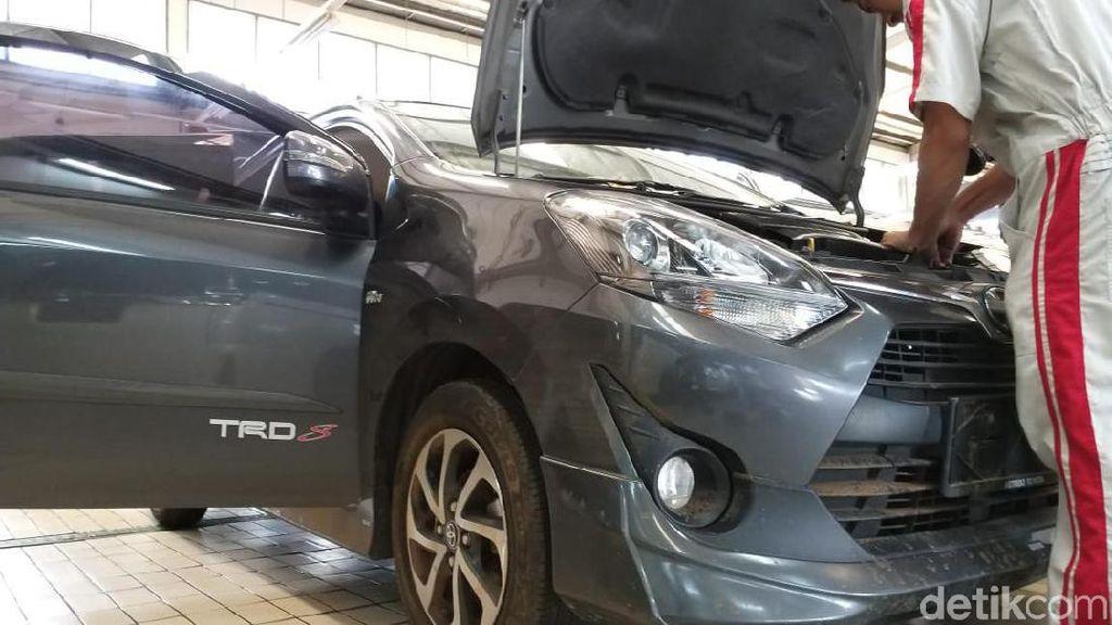 Intip Proses Perbaikan Mobil Korban Banjir di Bengkel