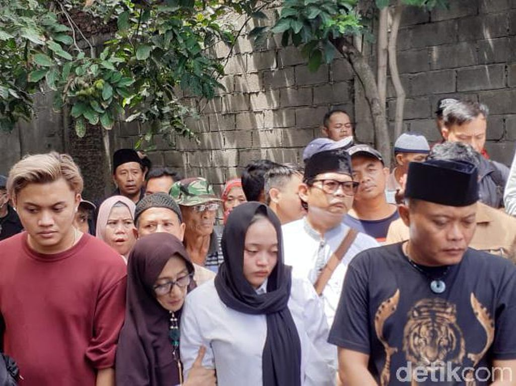 Proses Pemakaman Lina Mantan Istri Sule yang Penuh Haru