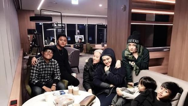 Lina bersama Sule dan anak-anaknya