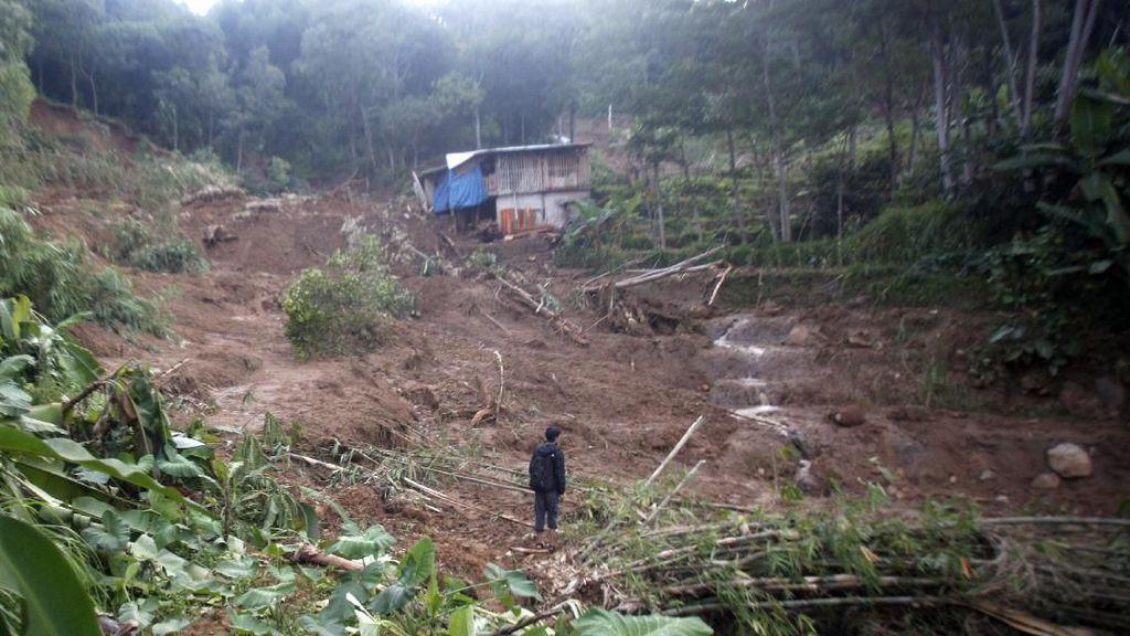 Longsor Tutup Akses Jalan di Sukajaya Bogor