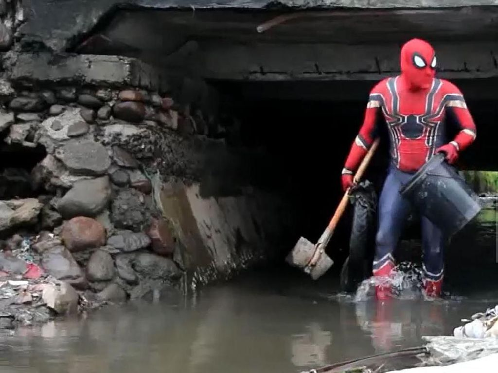 Video Spiderman Turun Tangan Bersihkan Sampah di Selokan