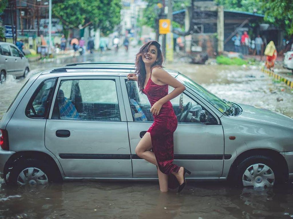 Mahasiswi Cantik Pose Santuy dengan Mobil Saat Banjir