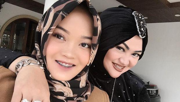 Lina bersama putrinya semasa hidup