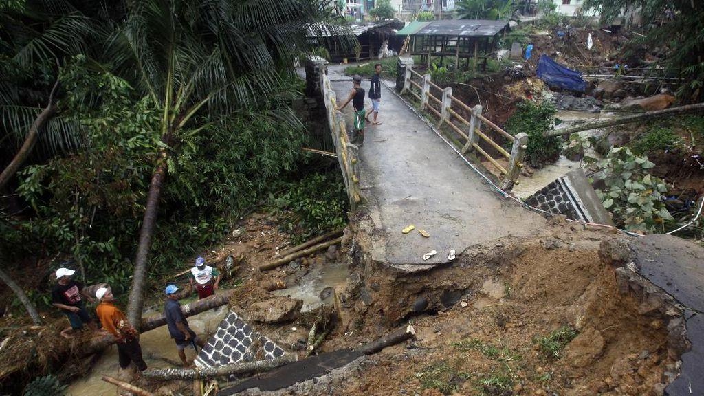 Akses Jalan dan Jembatan Rusak Parah di Sukajaya Bogor